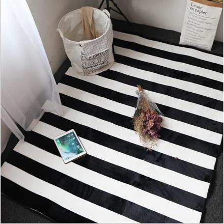 tapis rayé noir et blanc